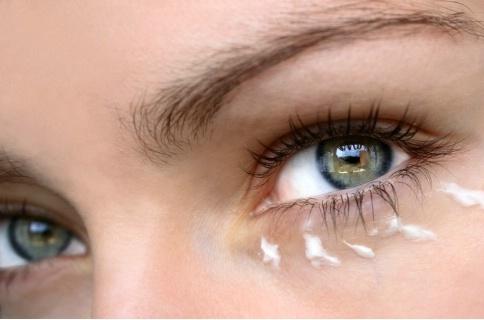 Как да се грижите за зоната около очите